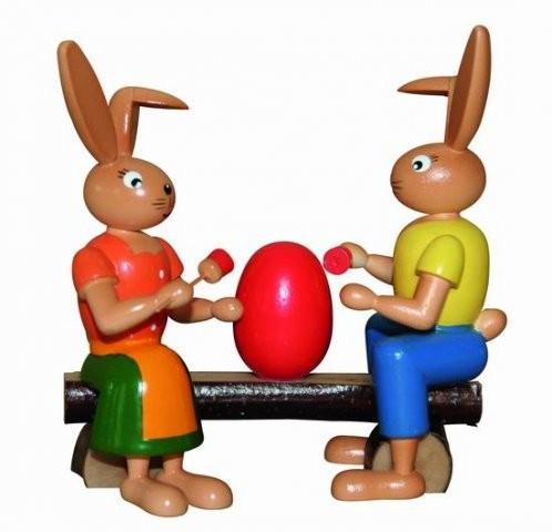 Osterhasen Malerpaar auf Bank